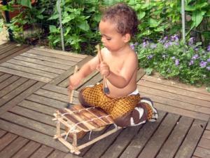 enfant jouant musique