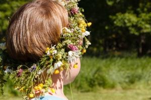 Junge mit Blumenschmuck